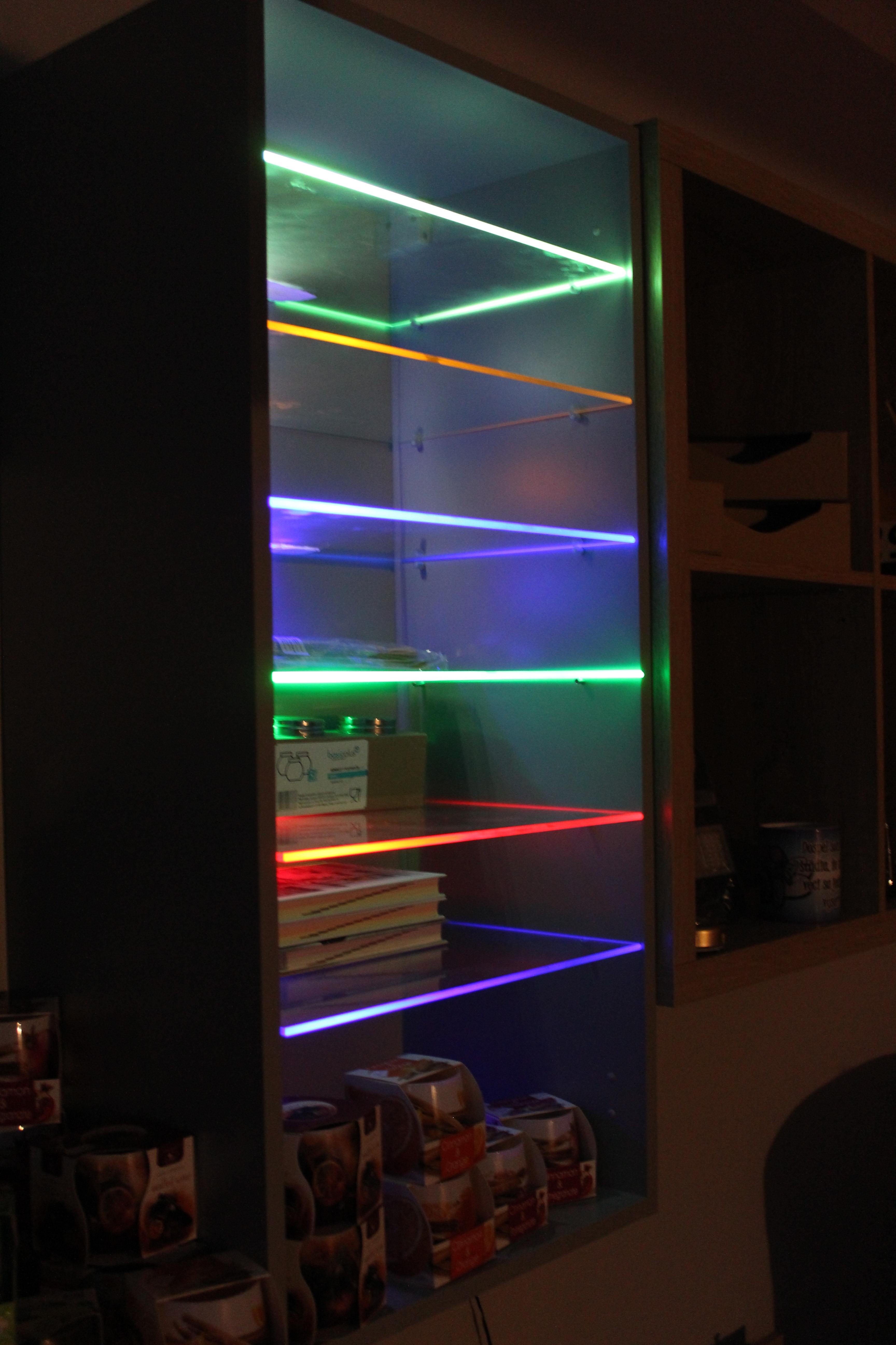 LED osvetlenie na 8 políc